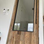 Houten taatsdeur van barnwood, staal en glas - detailfoto