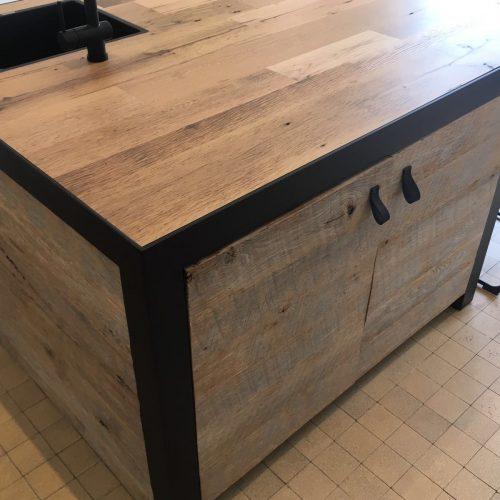 Kantoor inrichting met barnwood tafels en keukenblok (1)
