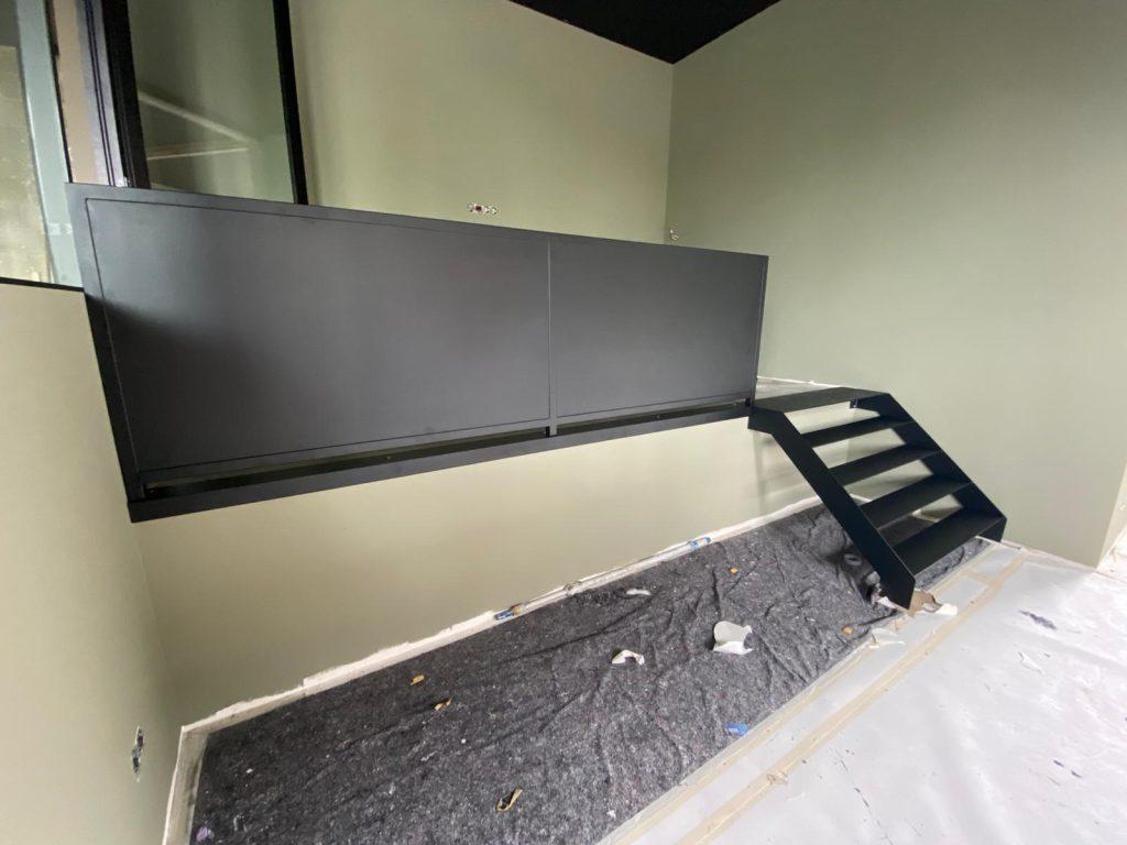 Stalen trap met balustrade - totaalbeeld