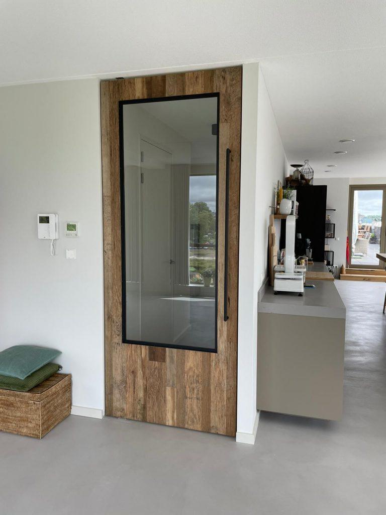 Houten taatsdeur van barnwood, staal en glas